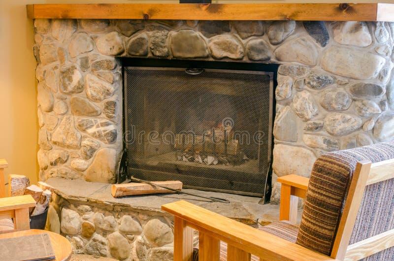 Каменный камин в живущей комнате стоковая фотография rf