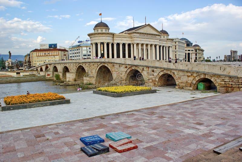 Каменный мост и археологический музей в скопье, македонии стоковая фотография rf