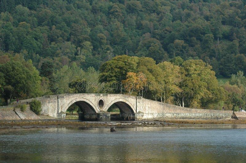 Каменный мост над рекой в Шотландии стоковые изображения