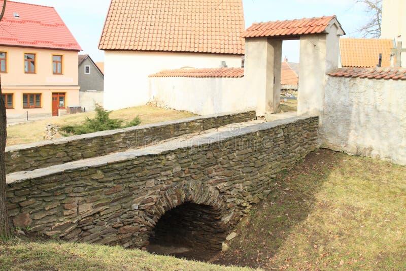 Каменный мост с входом к церков St Bartholomew Kondrac стоковые фотографии rf