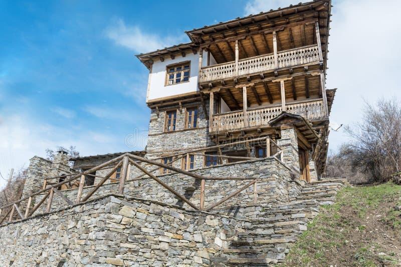 Каменный дом с камнем обнести деревня Leshten стоковое изображение
