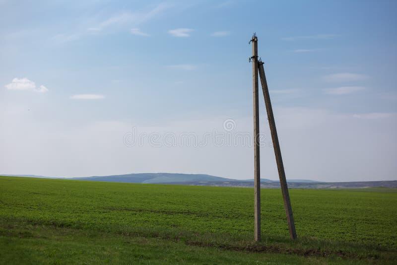 Каменный штендер в середине зеленого поля на предпосылке голубого неба стоковое фото rf