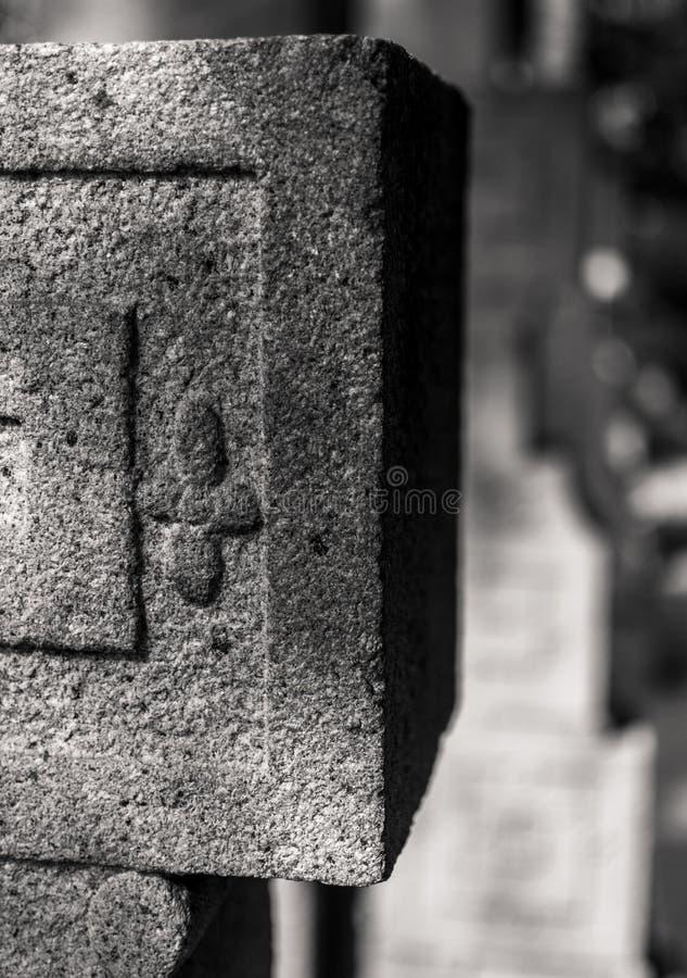 Каменный штендер в черно-белом стоковые фотографии rf
