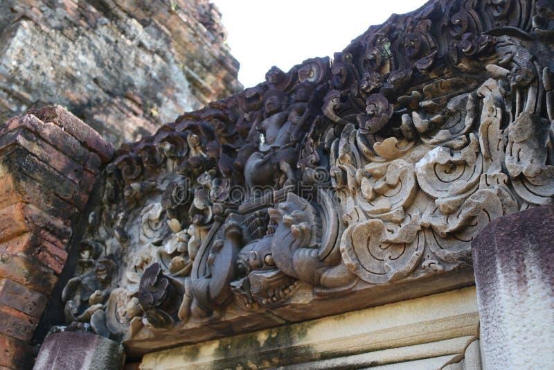 Каменный lintel высек над дверью руин Phi Nong песни Prang в археологических раскопках древнего города Srithep в Petchaboon стоковая фотография rf