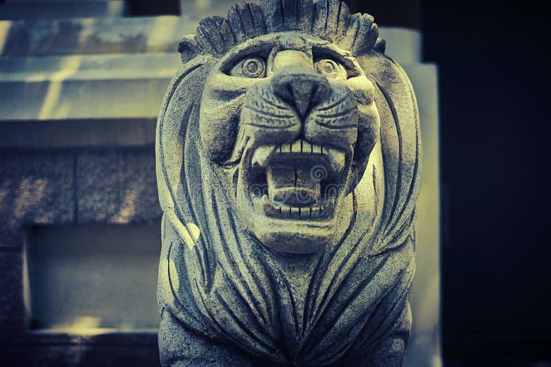 Каменный Manchurian тигр защищает вход стоковое фото