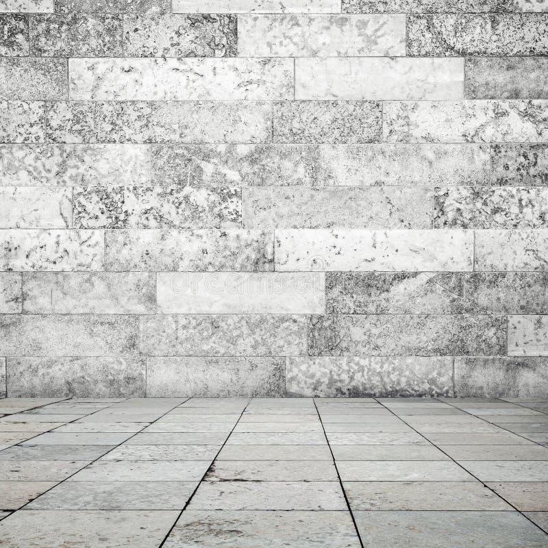 Каменный tiling пола и белая предпосылка стены стоковое изображение