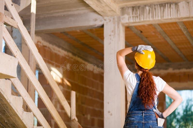 Каменщик женщины наблюдая вверх стоковое изображение rf