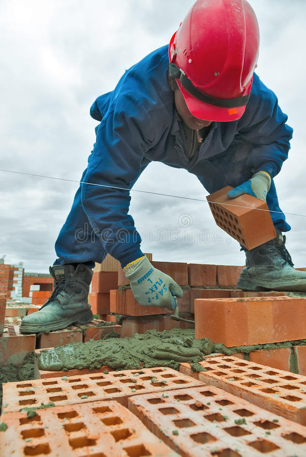Каменщик работника каменщика конструкции под работой стоковое изображение rf