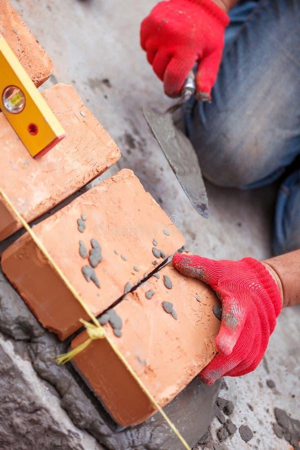 Каменщик с кирпичом стоковое фото rf