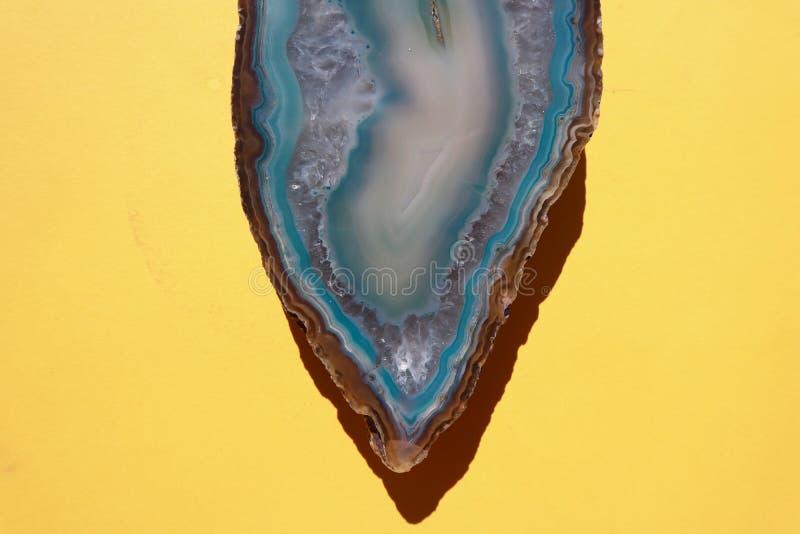 Камень агата Aqua голубой кристаллический на яркой желтой предпосылке стоковые изображения rf
