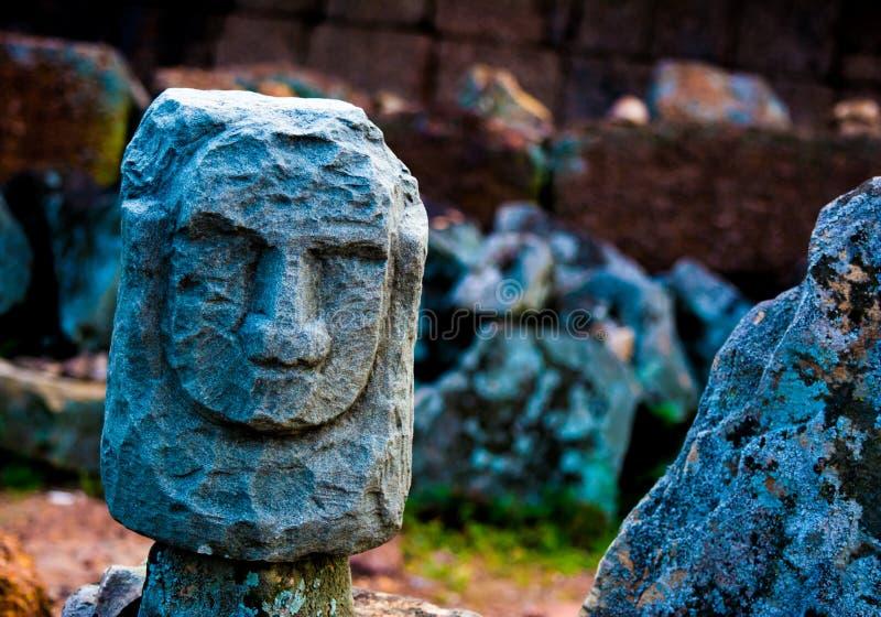 Камень высекая статую стоковое фото