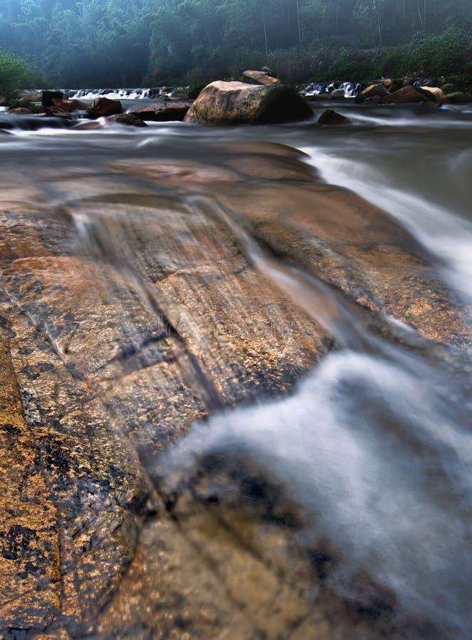 Камень в воде стоковое изображение