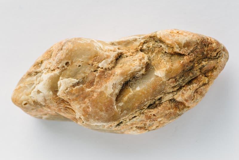 Камень желтого кальцита минеральный на белой предпосылке, утесе геологии естественном стоковая фотография rf