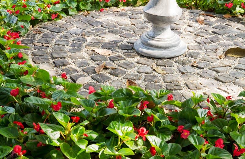 Камень и ваза украшают сад стоковые фотографии rf