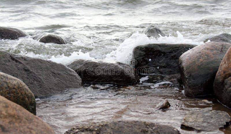 Камень и вода стоковое изображение