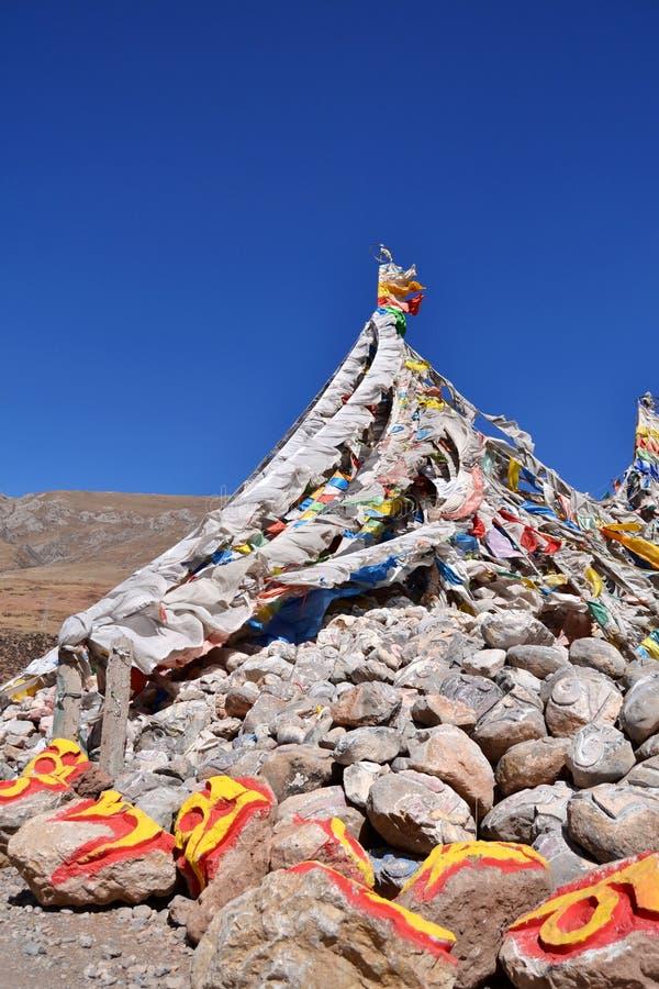 Камень и флаги mani тибетца стоковая фотография