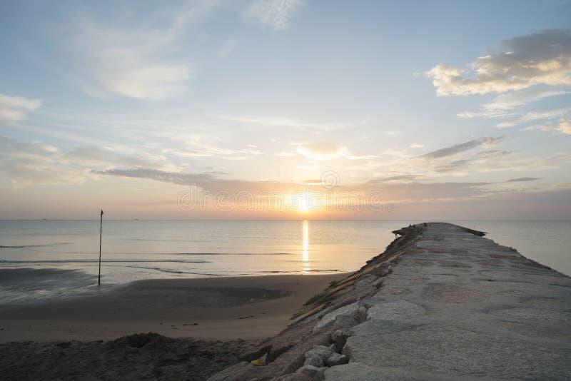 Камень моли на пляже Адриатического моря в Италии на восходе солнца стоковые изображения rf