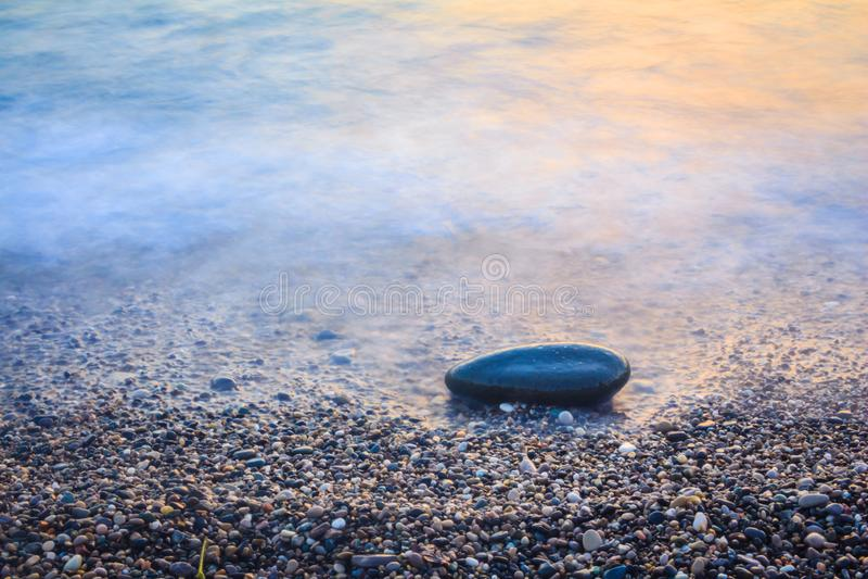Камень на морском побережье стоковые фото