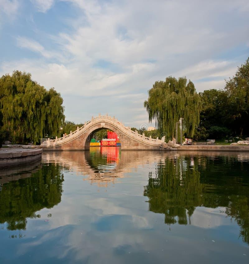 камень отражения пруда моста свода стоковые изображения rf