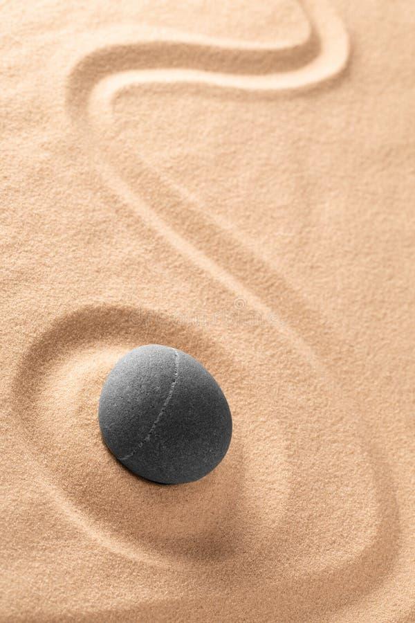 Камень раздумья дзэна японские и сад песка со сгребенной линией стоковые фото