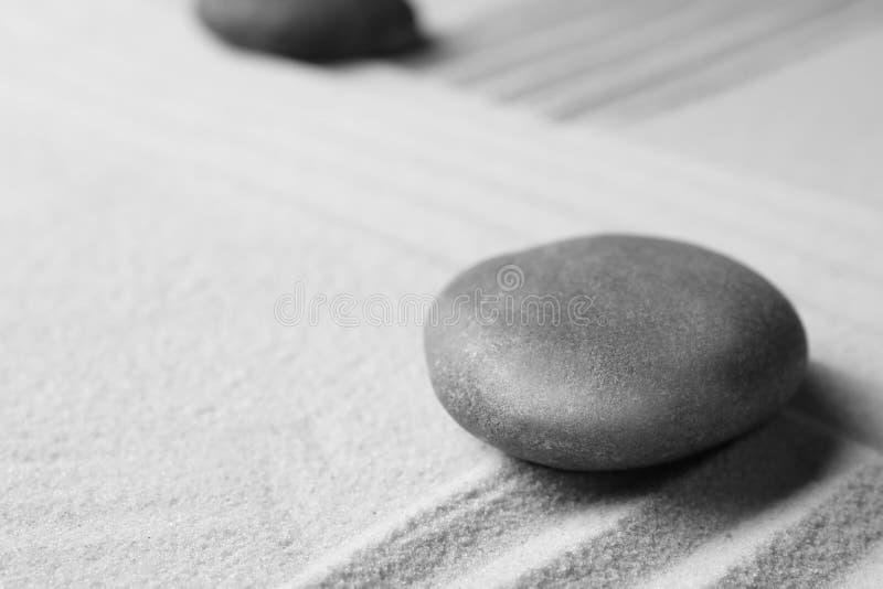 Камень сада дзэна на песке с картиной, космосом для текста стоковое изображение rf
