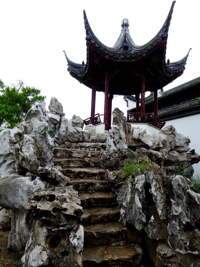 Камень сада Rockery с павильоном стоковая фотография rf