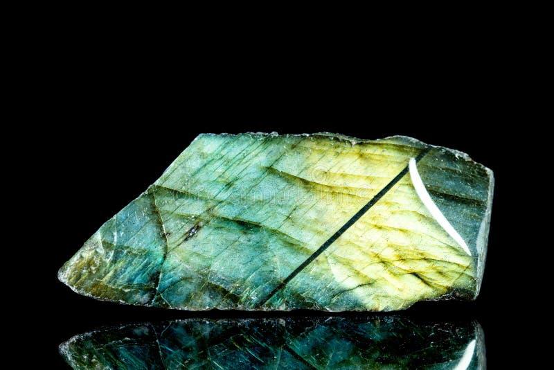Камень сырцового лабрадорита минеральный перед черной предпосылкой стоковые изображения