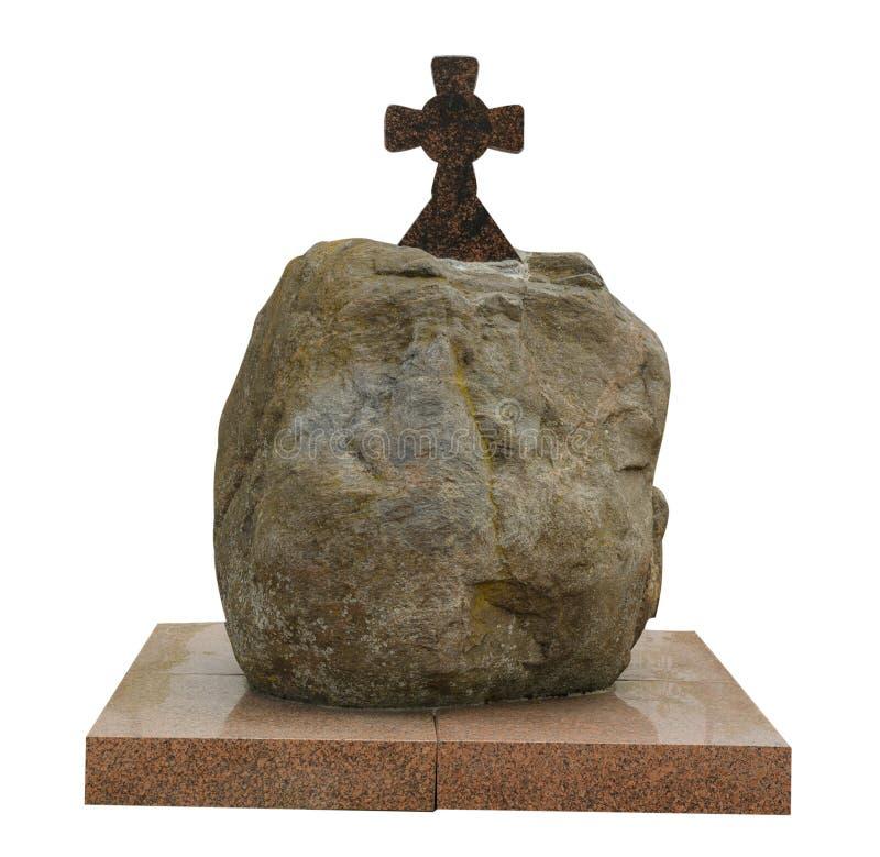 Камень с крестом изолированным на белой предпосылке религиозный крест на камне и на плите стоковые изображения