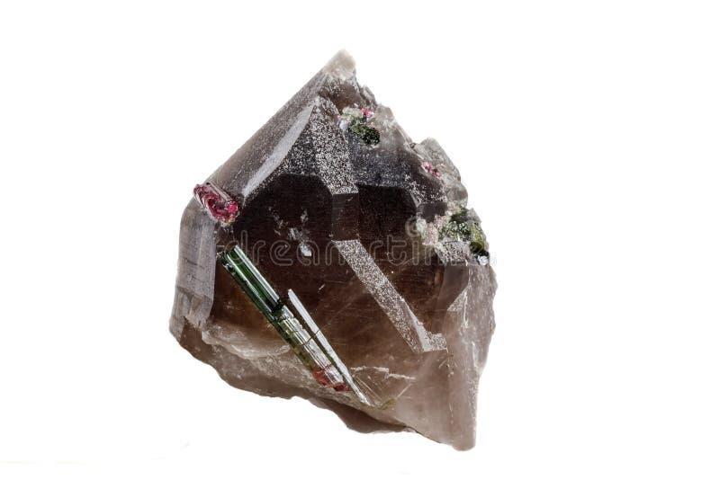 Камень турмалина макроса минеральный в кварце на белом конце предпосылки вверх стоковое изображение