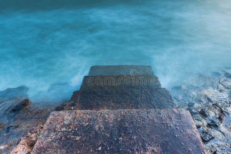 Камень шагает водящ к океану в переднем плане стоковые фото