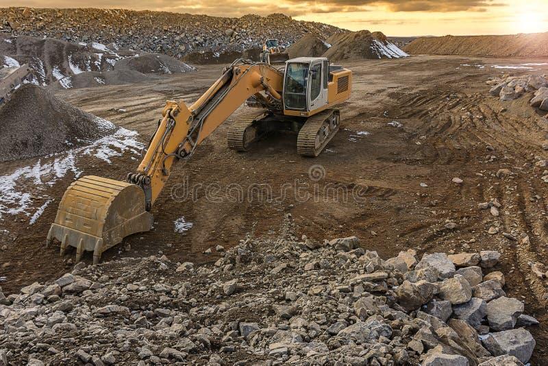 Камень экскаватора moving в шахте открытого карьера в Испании стоковые фотографии rf