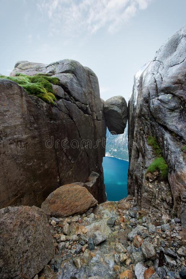 Камень Kjeragbolten стоковые фото