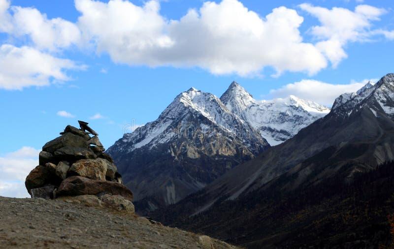 Камень Mani на верхней части горы стоковое фото rf