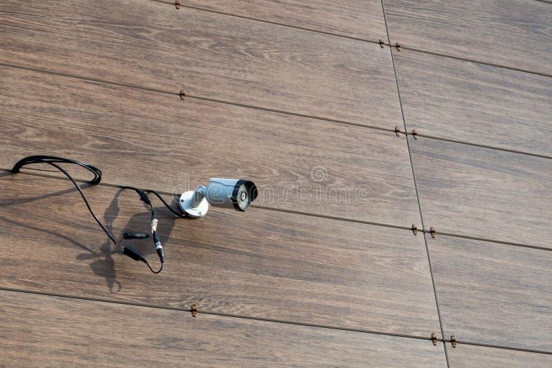 Камера видеонаблюдения на стене здания стоковые фото