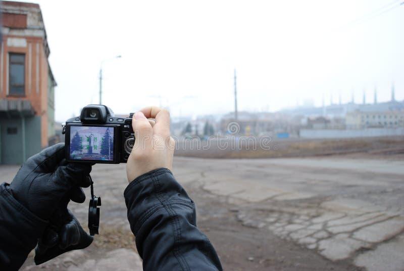 Камера в руках фотографа фотографирует от afar стоковые изображения rf