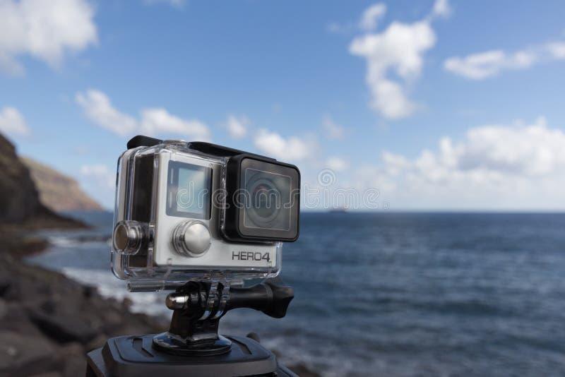 Камера действия героя 4 Gopro черно- на треноге на океане стоковая фотография rf