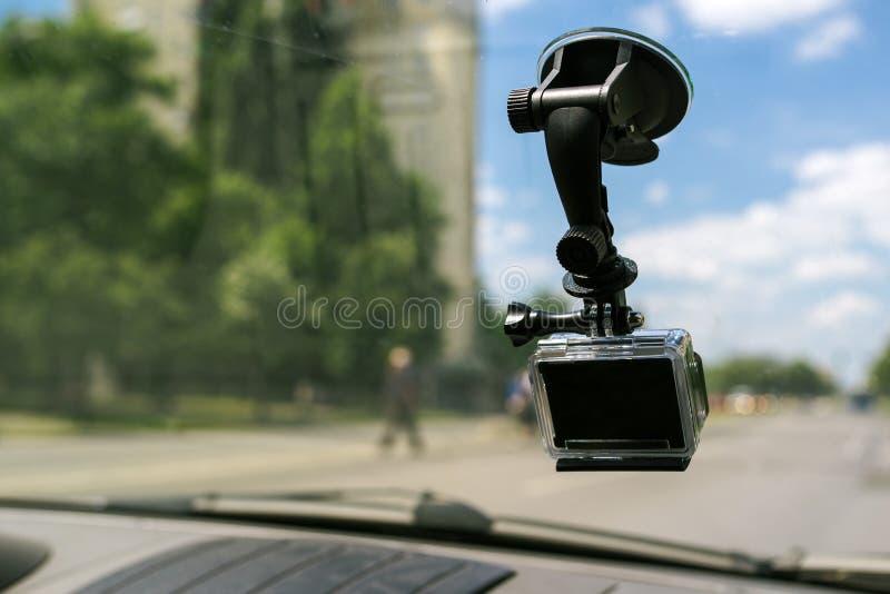 Камера действия с крышкой всасывания на окне лобового стекла автомобиля стоковые фотографии rf