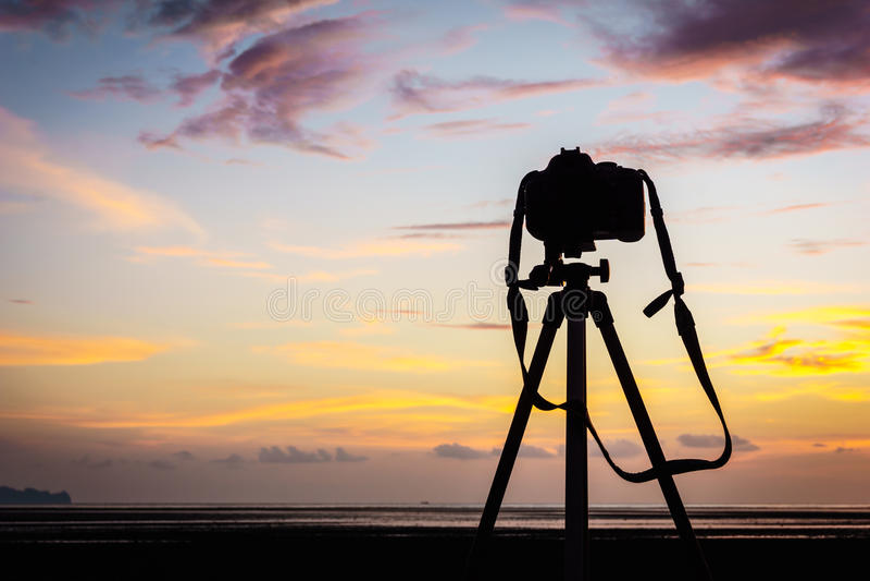 Камера и тренога на заходе солнца стоковые фото