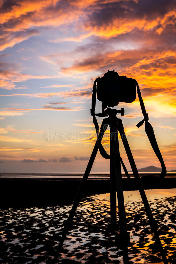 Камера и тренога на заходе солнца стоковое изображение