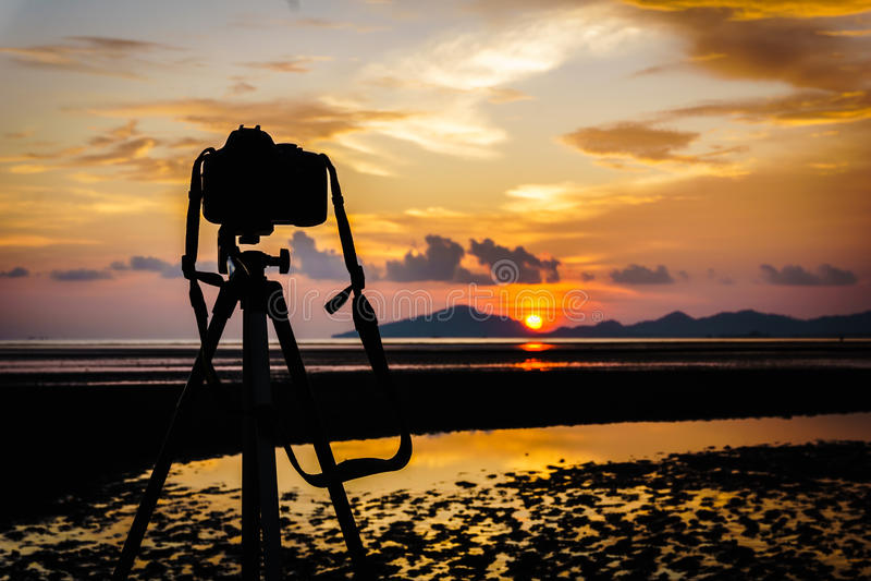 Камера и тренога на заходе солнца стоковые изображения rf