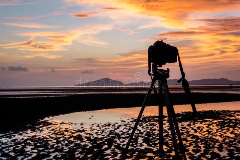 Камера и тренога на заходе солнца стоковое изображение rf