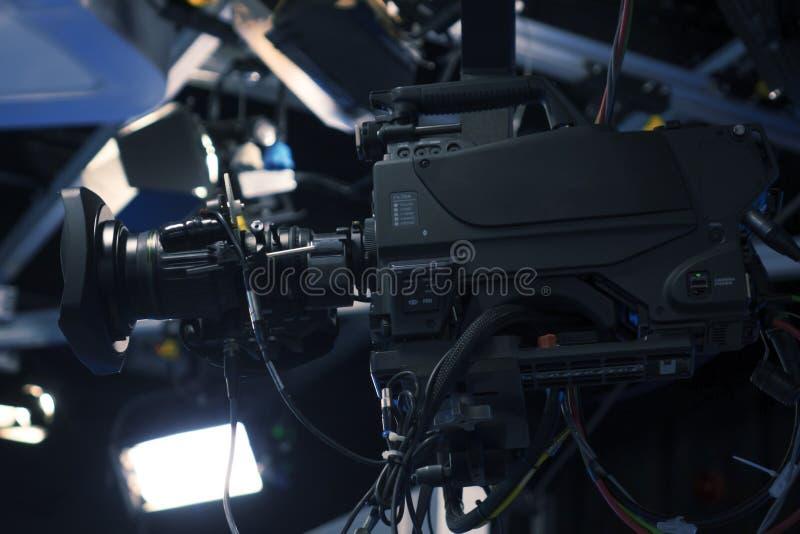 Камера камеры студии и крана телевидения передачи в комнате студии новостей стоковые фотографии rf