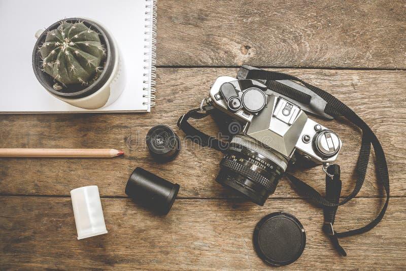 Камера на деревянном стоковая фотография