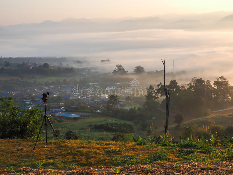Камера принимая фотоснимок na górze холма стоковая фотография