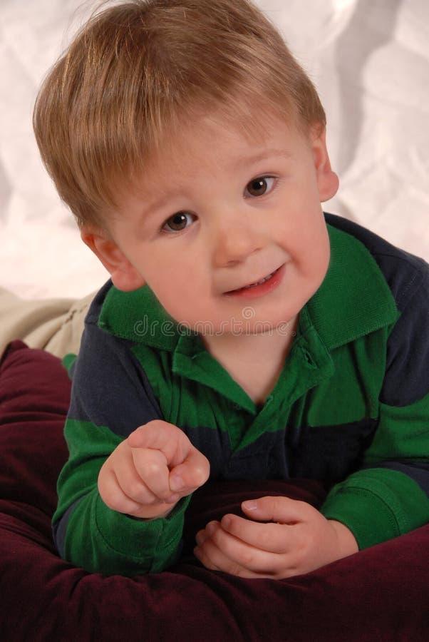 камера ребёнка счастливая немногая указывая стоковое изображение rf