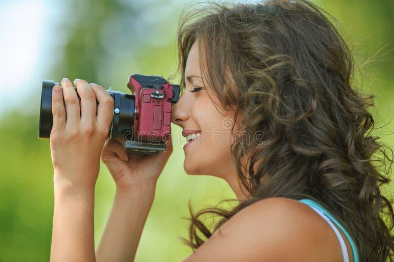 Камера рук портрета молодая очаровывая держа стоковая фотография