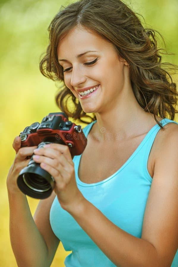 Камера рук портрета молодая очаровывая держа стоковые изображения