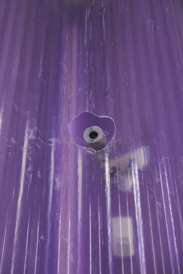 Камера слежения через отверстие в стеклянной стене стоковое изображение rf