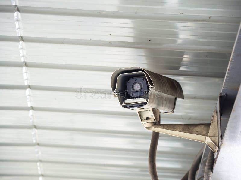 Камера слежения CCTV установленная в авиапорт и метро для контроля и наблюдения охранника для позволенных плохих вещей случаются стоковое фото rf