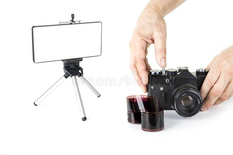 Камера смартфона против винтажной сетноой-аналогов камеры стоковое фото rf